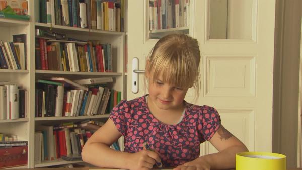 Helene malt ihr Bild. | Rechte: KiKA/Motion Works GmbH