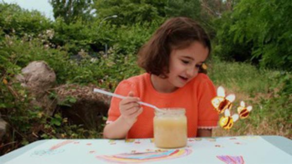 Marlene malt ein Bild, sie will Imkerin werden. | Rechte: KiKA/Motion Works GmbH