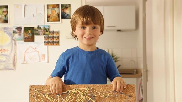 Samuel zeigt sein Nagelbild. | Rechte: KiKA/Motion Works GmbH