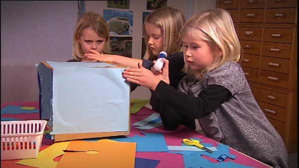 Drei Kinder basteln ein Aquarium. | Rechte: KiKA/Motion Works GmbH