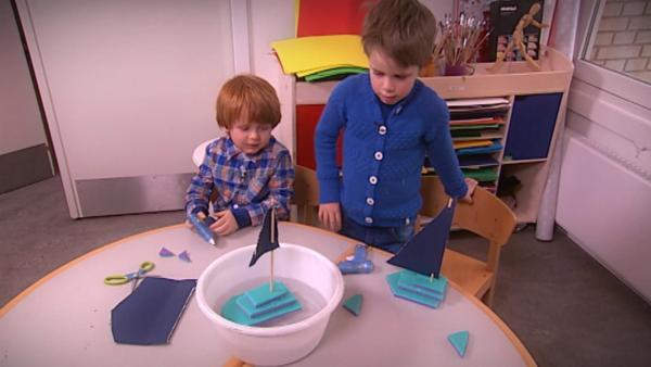 Louis und Emil lassen ihre Boote zu Wasser. | Rechte: KiKA/Motion Works GmbH