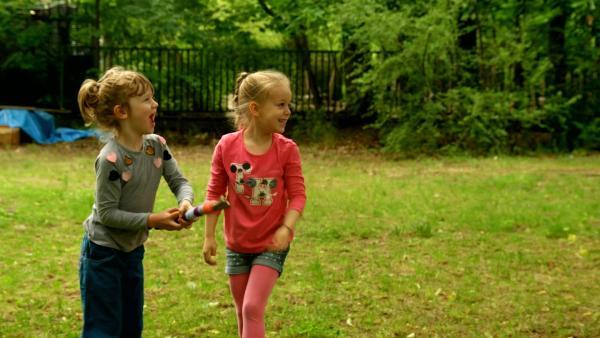 Frida und Franka spielen im Garten. | Rechte: KiKA/Motion Works GmbH