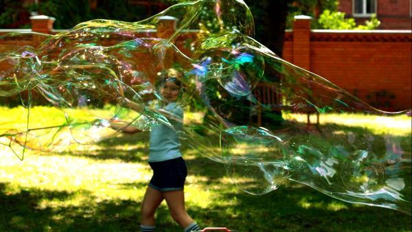 Ein Mädchen mit großen Seifenblasen | Rechte: KiKA/Motion Works GmbH