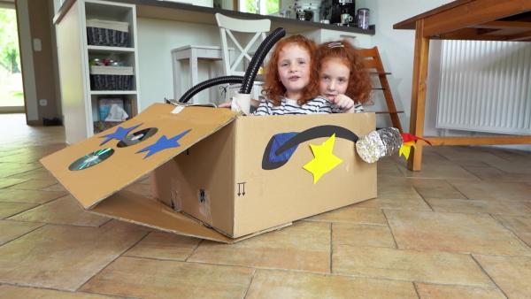 Olivia und Rebecka in ihrem Raumschiff. | Rechte: KiKA/Motion Works GmbH