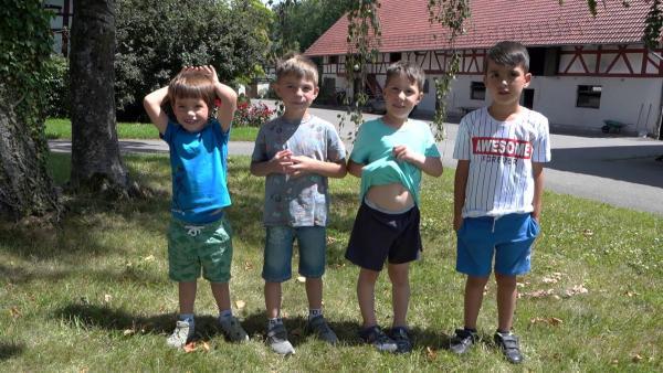 Felix, Alexander, Elias und Max freuen sich auf das Versteckspiel. | Rechte: KiKA/Motion Works GmbH