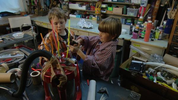 Bruno und Jaques arbeiten an ihrer Maschine. | Rechte: KiKA/Motion Works GmbH