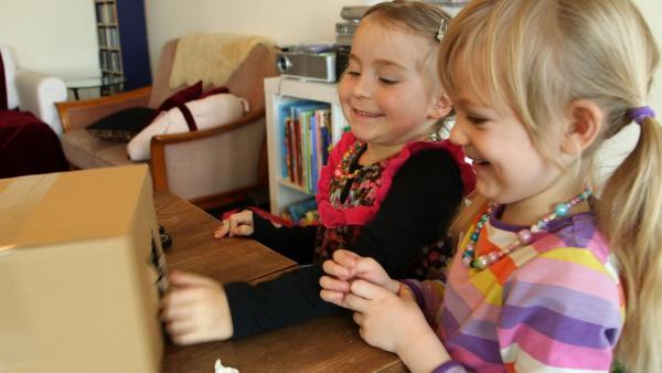 Marlina und Emilia freuen sich über ihre Krippe.   Rechte: KiKA/Motion Works GmbH