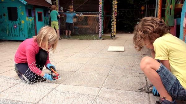 Die Kinder schneiden Draht zurecht. | Rechte: KiKA/Motion Works GmbH