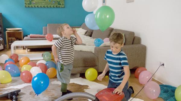 Tomke und Quinn mit den bunten Luftballons | Rechte: KiKA/Motion Works GmbH