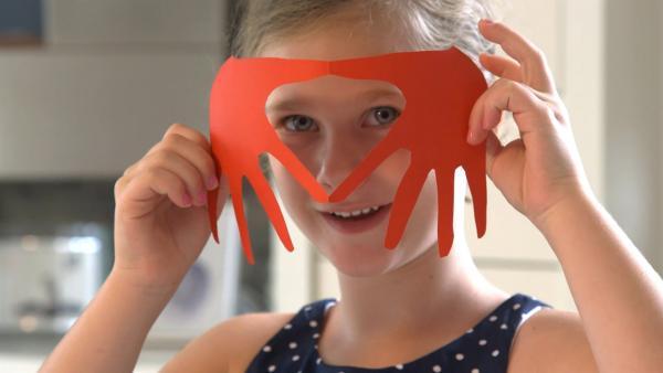 Alina zeigt ihr Herz aus Handabdrücken. | Rechte: KiKA/Motion Works GmbH