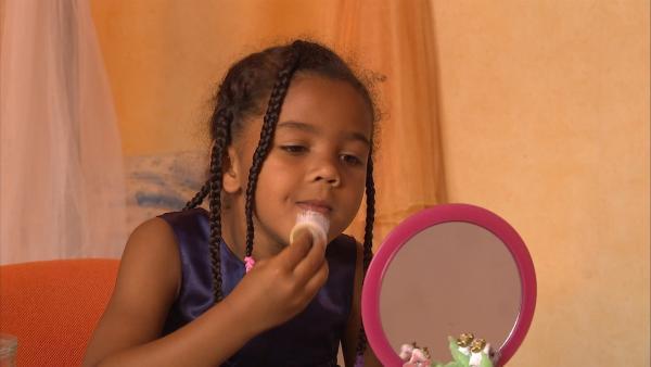 Victorine schminkt sich ein Clowngesicht. | Rechte: KiKA/Motion Works GmbH