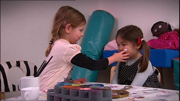 Emma und Sofia schminken sich mit bunter Farbe. | Rechte: KiKA/Motion Works GmbH