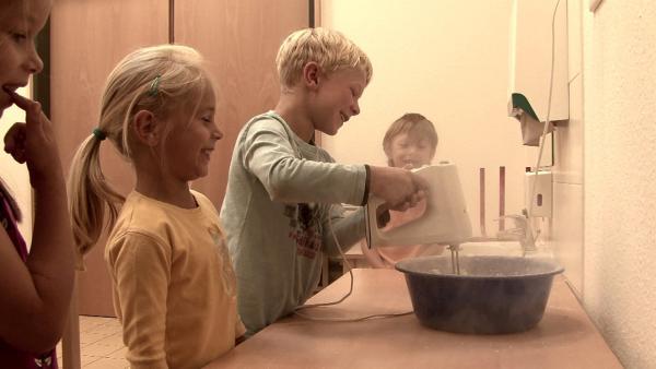 Viviane, Paul, Vickey und Tom kneten den Teig. | Rechte: KiKA/Motion Works GmbH