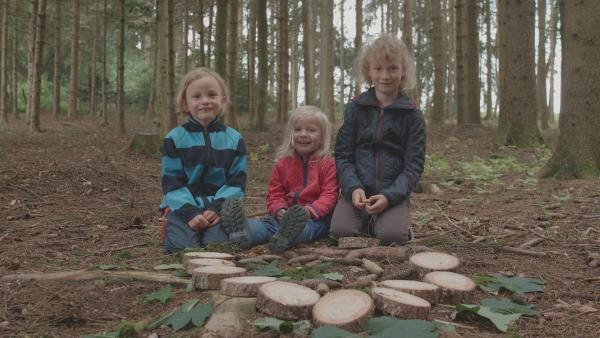 Käthe, Ida und Klara mit ihrem Mandala. | Rechte: KiKA/Motion Works GmbH