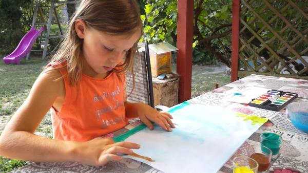 Leonie malt mit brauner Farbe. | Rechte: KiKA/Motion Works GmbH