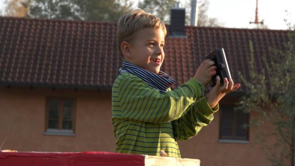 Jakob steht auf seinem Leuchtturm. | Rechte: KiKA/Motion Works GmbH