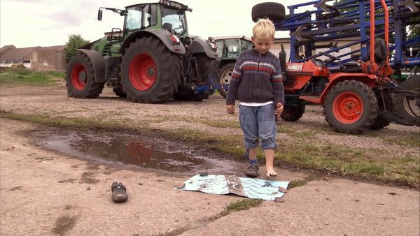 Hannes macht einen Fußabdruck. | Rechte: KiKA/Motion Works GmbH
