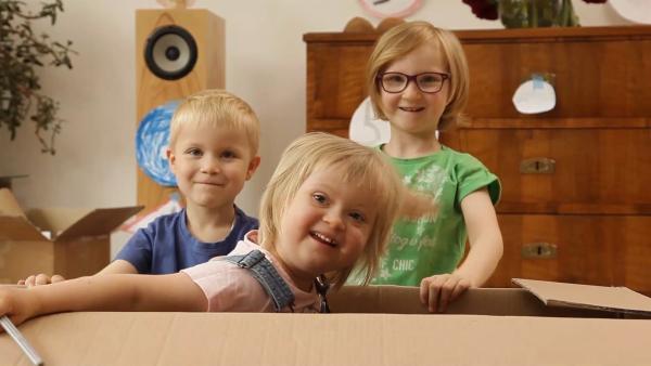 Emanuel, Bella und Liesel vor dem Basteln. | Rechte: KiKA/Motion Works GmbH