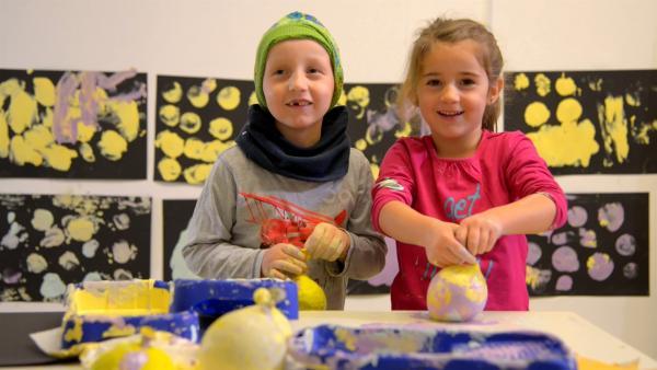 Maria und Luc drucken mit Farbe und Ballons. | Rechte: KiKA/Motion Works GmbH