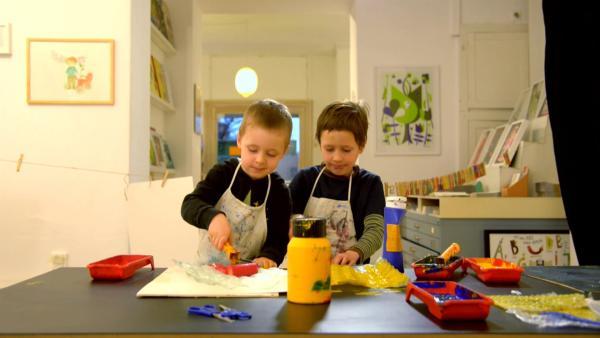 David und Max bemalen Luftpolsterfolie mit Farbe. | Rechte: KiKA/Motion Works GmbH