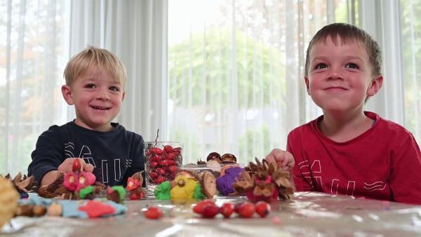 Noah und Theo beim Basteln | Rechte: KiKA/Motion Works GmbH