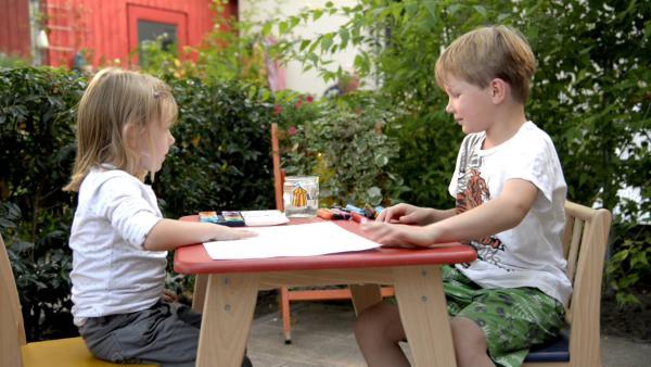 Oskar und Lieselotte beginnen ihr Bild zu malen. | Rechte: KiKA/Motion Works GmbH
