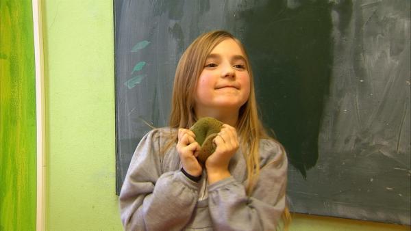 Vor dem Spiel putzt ein Mädchen die Tafel. | Rechte: KiKA/Motion Works GmbH