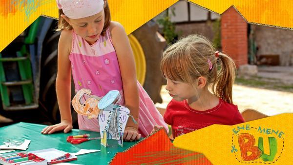 Das interaktive TV-Format haucht Bildern und Basteleien Leben ein und präsentiert sie in einer liebevoll und aufwändig gestalteten Pop-up-Welt. | Rechte: KiKA/BASTEI Media GmbH