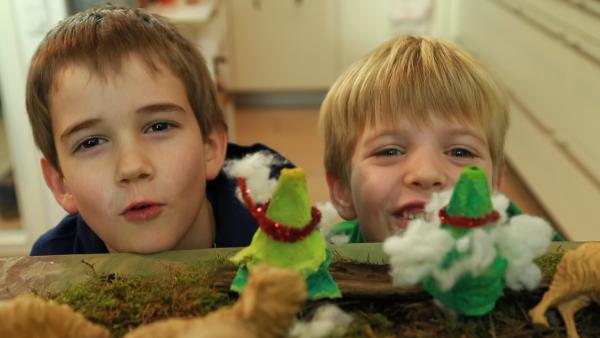 Simon und Jakob mit ihren fertigen Weihnachtsbäumen