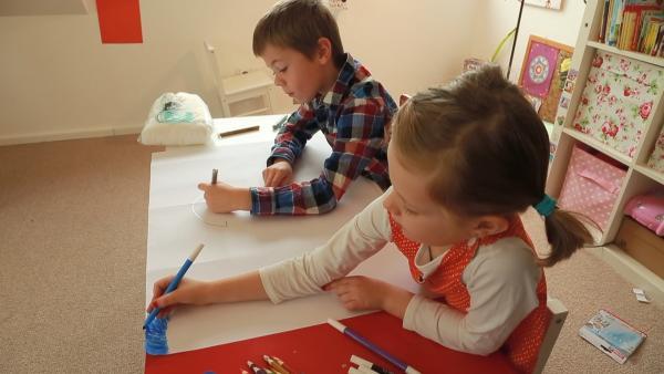 Marit und Simon malen mit Filzstiften
