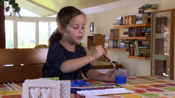Anina malt mit Tusche