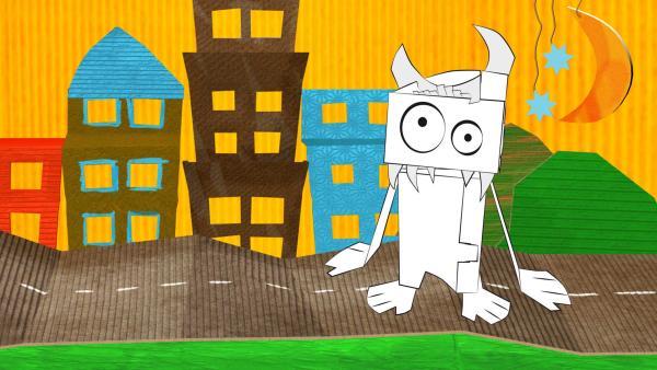 Das gebastelte Monster aus Pappe von ENE MENE BU in der Stadt. | Rechte: KiKA