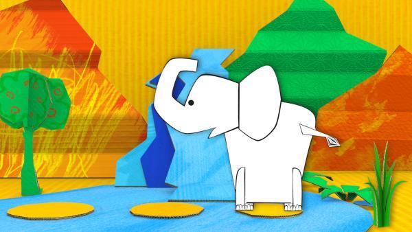Der gebastelte Elefant aus Papier von ENE MENE BU sitzt am Wasserfall.   Rechte: KiKA