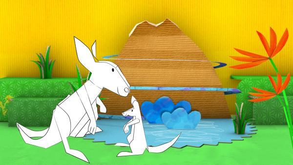 Das gebastelte Steckkänguru aus Papier von ENE MENE BU sitzt mit seinem Kind am See. | Rechte: KiKA