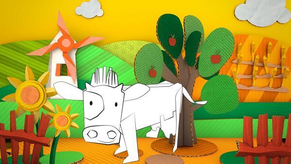 Die gebastelte Kuh aus Papier von ENE MENE BU läuft über Felder und Wiesen.   Rechte: KiKA