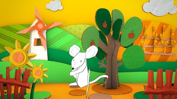 Die gebastelte Maus aus Papier von ENE MENE BU läuft über Felder und Wiesen.   Rechte: KiKA