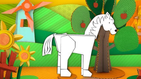 Das gebastelte Pferd aus Papier von ENE MENE BU läuft über Felder und Wiesen.   Rechte: KiKA