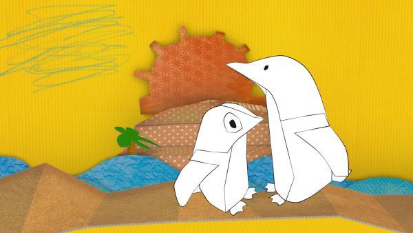 Die Pinguine aus Pappe von ENE MENE BU laufen durch den Sand.<br/><br/>   Rechte: KiKA