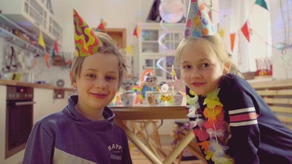 Jona und Anna feiern mit Partyhüten und selbst gebastelten Muffin-Förmchen und jeder Menge Stecktiere den Geburtstag von ENE MENE BU. | Rechte: KiKA