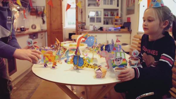 Bunt angemalte Stecktiere von ENE MENE BU feiern  mit Partyhüten, Muffinförmchen und einer Girlande Geburtstag. | Rechte: KiKA