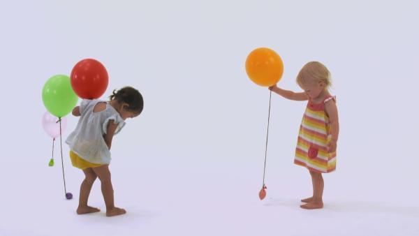 Zwei Mädchen spielen mit Luftballons.  | Rechte: KiKA