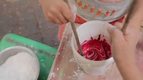 Mit Lebensmittelfarbe kannst du deine Kreide bunt einfärben.  | Rechte: KiKA