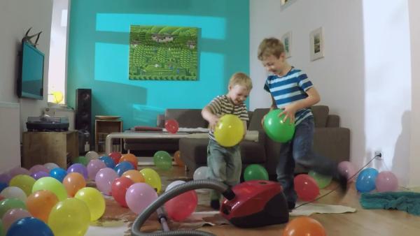 Luftballons fliegen durch die Luft | Rechte: KiKA
