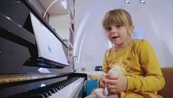 Ida spielt mit ihrer Lieblingspuppe Gabriele ein Stück am Klavier. | Rechte: KiKA