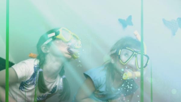 Zwei Mädchen mit Taucherbrille und Schnorchel auf Tauchgang | Rechte: KiKA