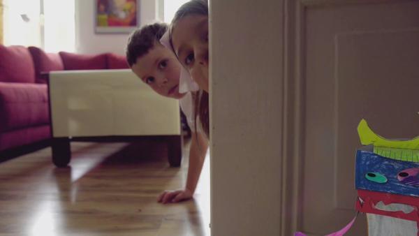 Ein Mädchen und ein Junge entdecken ein bunt bemaltes und beklebtes Steckmonster von ENE MENE BU. | Rechte: KiKA