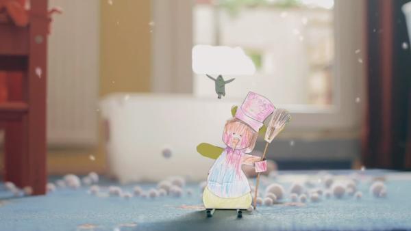 Ein Steckschneemann von ENE MENE BU fährt in einem Kinderzimmer mit Skiern. Der Teppich ist mit Wattebällen bedeckt. | Rechte: KiKA