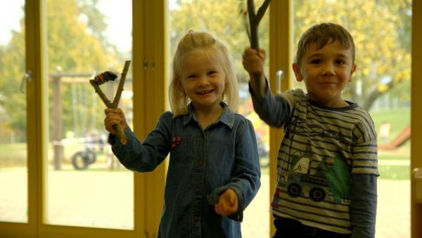 Lennja und Dominic basteln eine Schellenrassel. | Rechte: colourbox.com