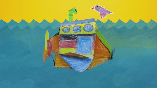 Ein mit Buntstiften angemaltes und zusammengestecktes U-Boot aus Pappe schwimmt durch ein gemaltes Meer. | Rechte: KiKA