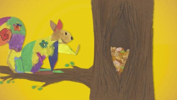 Ein buntes Steckeichhörnchen legt sich einen Vorrat an Nüssen und Eicheln für den Winter an. Die Nahrung sammelt es in einem Spalt in einem Baum. | Rechte: KiKA